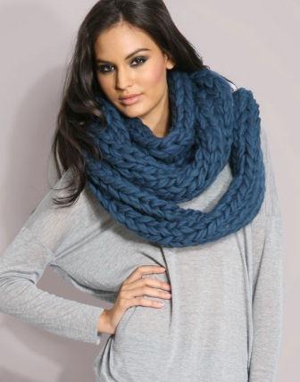 Вязаный шарф-хомут с узором в